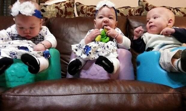 Эта пара усыновила тройню...