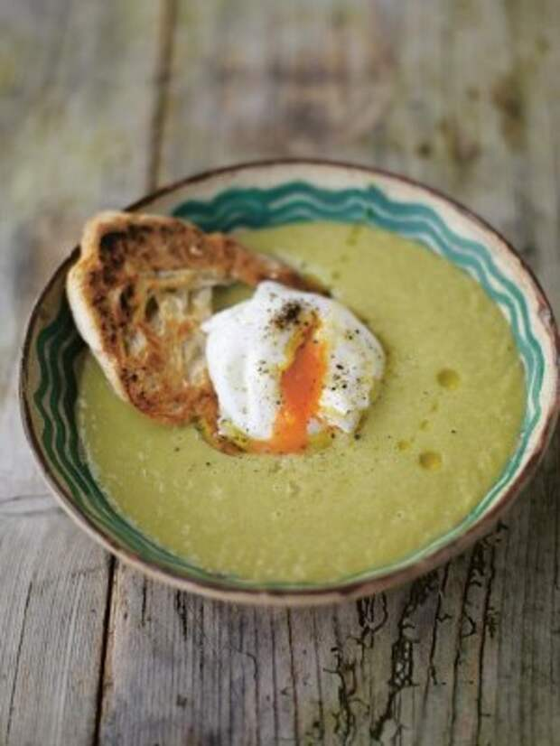 Сливочный суп из спаржи с яйцом пашот на тосте: рецепт от Джейми Оливера