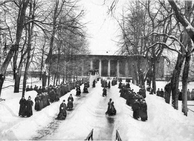 Смольный институт. Катание с горки. Фото 1889 г.