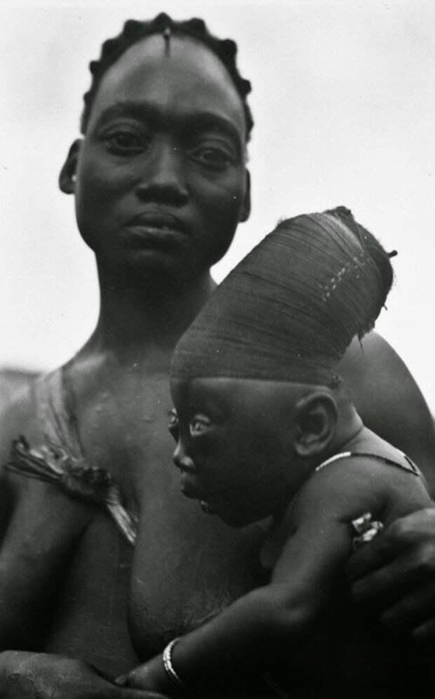 Мать из племени мангбету держит своего сына, которому удлиняют череп согласно традициям. Конго, 1950 год. история, ретро, фото, это интересно