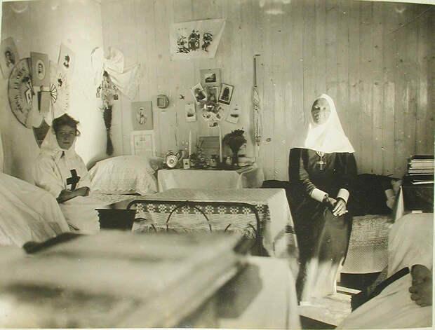 24. Сестры милосердия в своей комнате, устроенной в одной из кают баржи-лазарета Мраморного дворца. Харбин