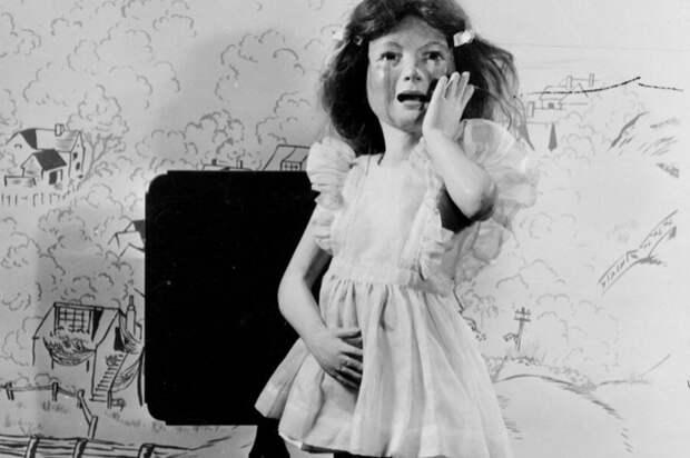 Слишком драматичные, кинематографические эмоции на кукольном лице.