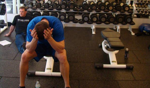 Тренировки без перерывов Больше далеко не всегда означает лучше. Перетренированность ведет к падению уровня кортизола и заставляет надпочечники работать в усиленном режиме. Результатом сочетания этих факторов будет физическая и психическая усталость, но никак не хорошая форма. Сбалансированный отдых между тренировками, приемлемая длительность ночного сна и правильное питание будут способствовать вашему развитию гораздо лучше, чем дни и ночи проведенные в зале.