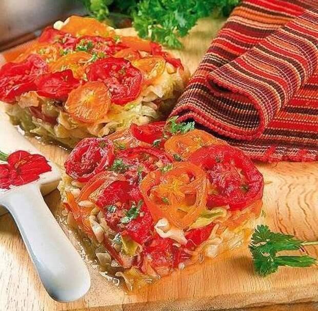 Слоеный пирог из капусты с помидорами