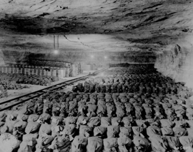 Сотни мешков с монетами и слитками золота рейхсбанка и СС (собранное у евреев в концлагерях, в том числе и золотые зубы). Иллюстрация: dirty.ru