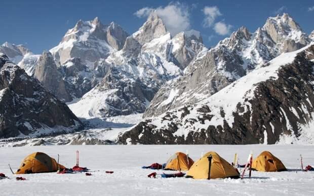 Массив Винсон Месторасположение: Антарктида Высота: 4 892 м Высочайшие горы Антарктиды не считаются в альпинисткой среде слишком сложными для восхождения. С 1958 года на их вершины поднялось около полутора тысяч человек. Самое сложное – это добраться до самого массива. Антарктида подходящее место для пингвинов, но людям замерзнуть насмерть или сгинуть в буране здесь проще простого.