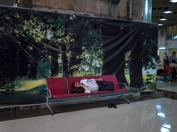Мужчина спит на лавочке