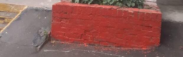 Фасад дома на Сухонской очистили от вандальных надписей