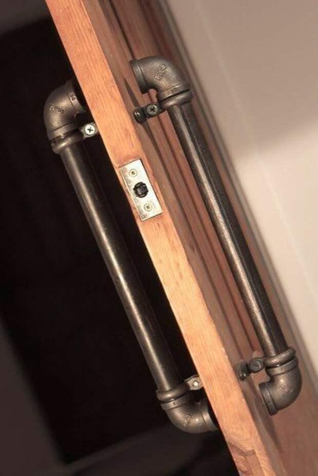 Дверная ручка из медных труб