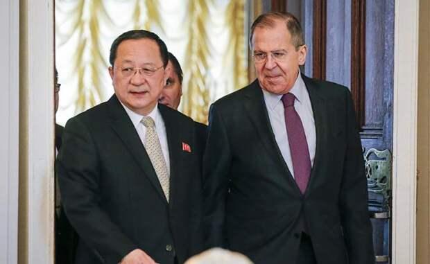 На фото: глава МИД РФ Сергей Лавров и глава МИД КНДР Ли Ен Хо