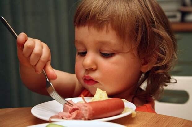 Не для маленьких. Какие продукты опасны для детского организма