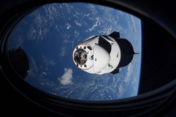 Корабль Crew Dragon с четырьмя астронавтами вернулся на Землю