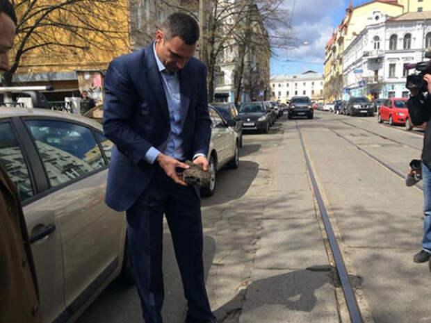 Кличко брал асфальт с улиц Киева и смотрел на него