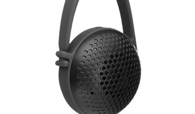 Bluetooth-колонка AmazonBasics Nano Bluetooth SpeakerСтоимость: 1 200 рублей Езда на велосипеде в наушниках — плохая идея. Опасность слишком велика, ведь вы лишаетесь возможности слышать приближение машин. Поставьте простейшую колонку-клипсу на ваш байк и слушайте музыку сколько угодно. Amazon, к примеру, предлагает заказать очень дешевую и вполне приемлемую технику такого рода.