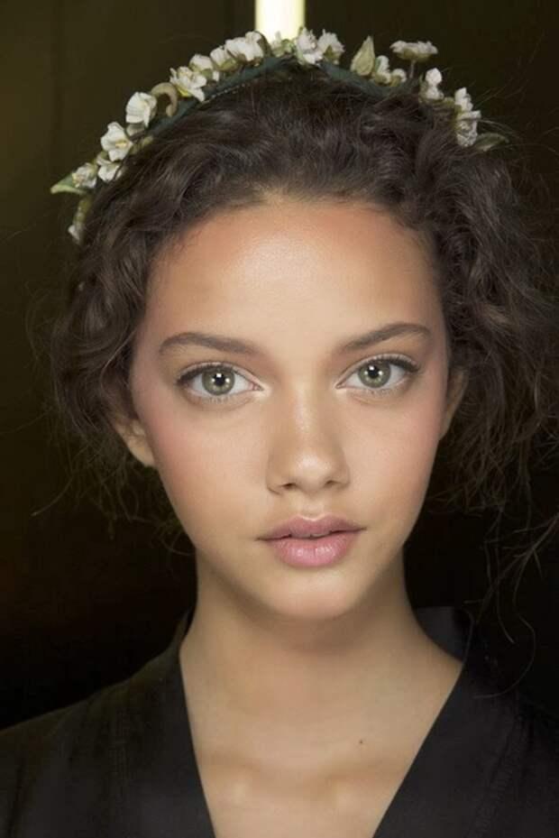 Девушкам с выпуклыми глазами стоит избегать блестящих теней