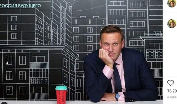 Приставы арестовали квартиру Навального, пока онбыл вкоме