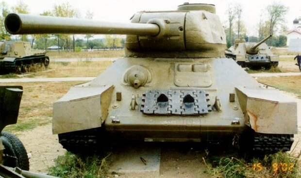 Т-34. На фото хорошо видно гнездо пулемета (слева) и люк мехвода (справа)