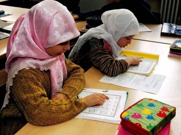 В ЕС запрещают юбки в школах, чтобы не злить мигрантов