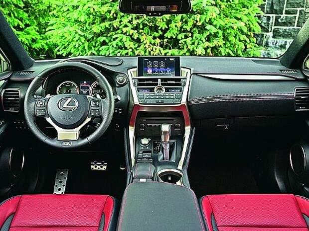 Темно-красная кожа – прерогатива версии F Sport. В сочетании с красным или черным кузовом она смотрится особенно выигрышно.