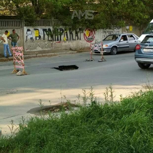 В Симферополе провалилась дорога (ФОТО)