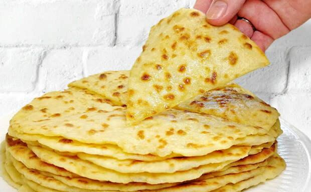 Добавляем в тесто тертый лук и печем за 5 минут: лепешки становятся пышнее и сочнее