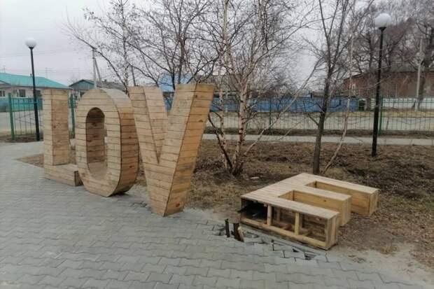 Упавший арт-объект в новом сквере в Воздвиженке вернули на место