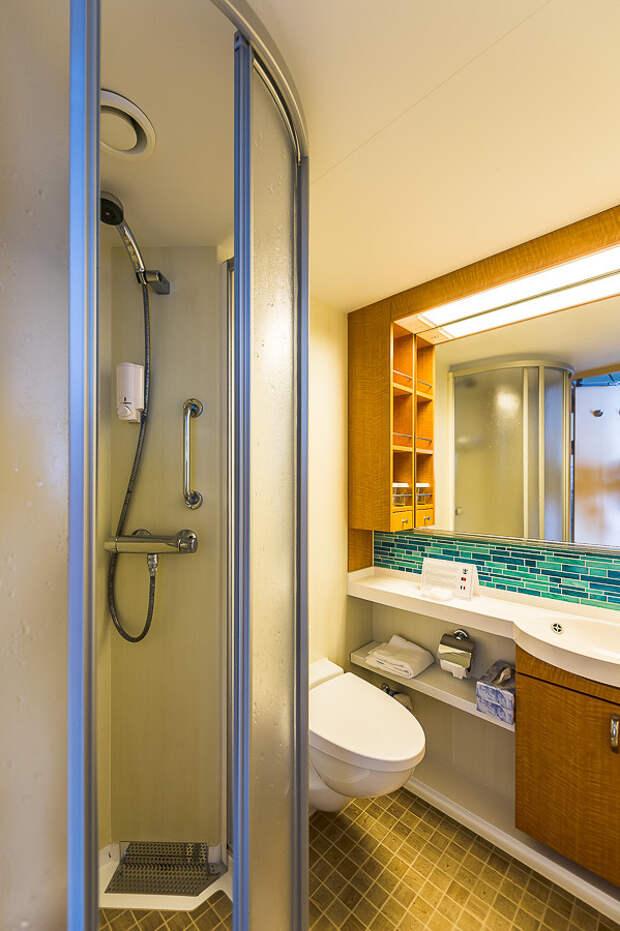 Туалет и душ. Все новенькое, технологичное и удобное: еда, лайнер, море