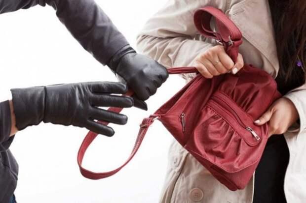 Севастополец ударил женщину возле дома и вырвал из рук сумочку - видимо, понравилась!