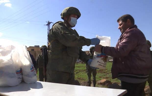 Российские военные раздали продукты беженцам в сирийской провинции Эс-Сувейда