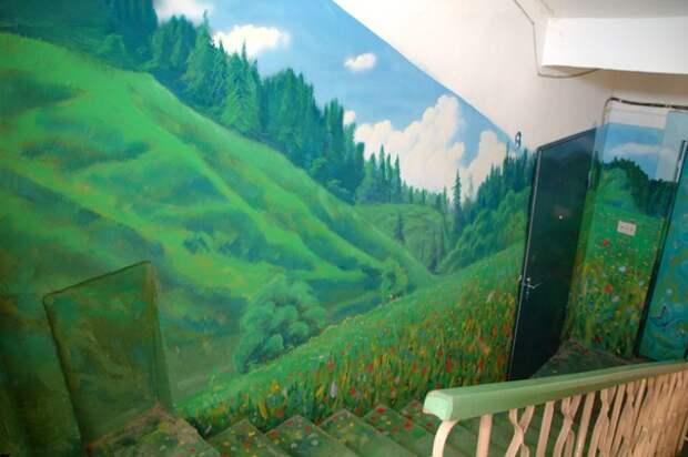 Зелёный лес на стене в подъезде