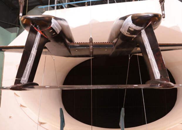 Модель двухфюзеляжного самолета продули в посадочной конфигурации