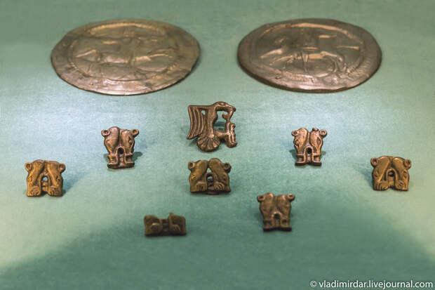 Серебряные фалары и бронзовые бляхи от уздечного набора. Золото сарматов.