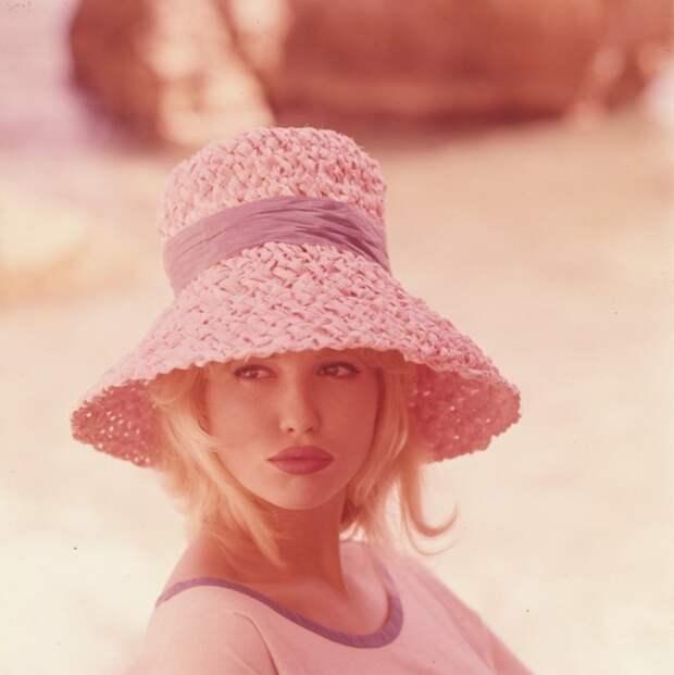 Лучезарная Милен Демонжо в розовых тонах.