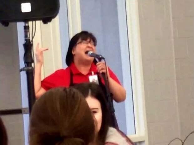Работница школьной столовой поразила учеников своим невероятным голосом
