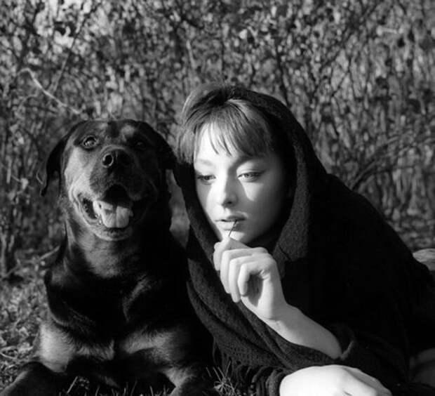 Анастасия Вертинская на лесной прогулке со своим псом Джимом.