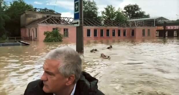 В Крыму вытаскивают из воды людей и думаю, как быть дальше... (ВИДЕО, ФОТО)