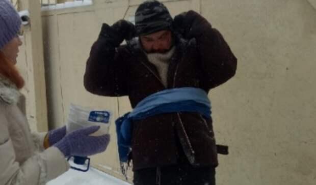 ВОренбурге ухрама бездомным раздали продуктовые наборы
