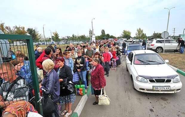 Украинцы массово устремились в Крым: на границе образовались километровые очереди