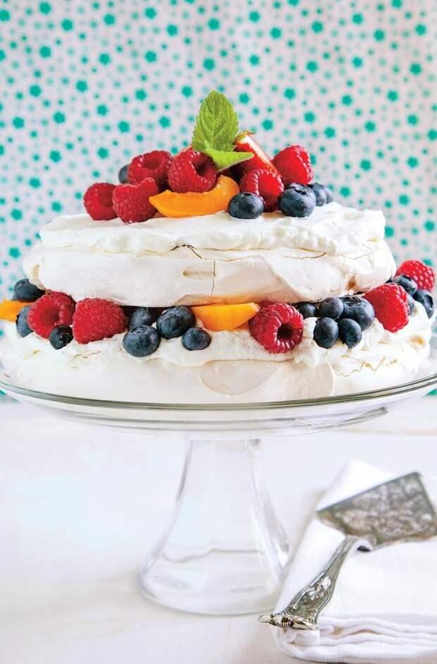 Торт-безе с белым шоколадом и летними ягодами