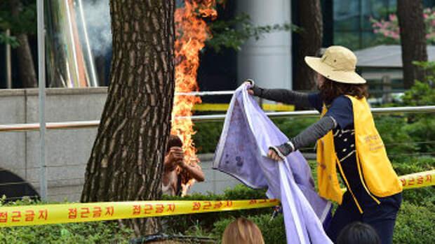 Мужчина совершил попытку самосожжения перед посольством Японии в Сеуле
