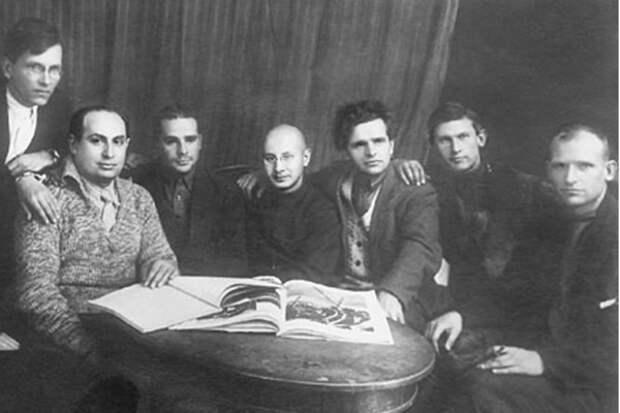 Члены Российской ассоциации пролетарских писателей. Владимир Киршон третий слева. Фото: Фундаментальная электронная библиотека