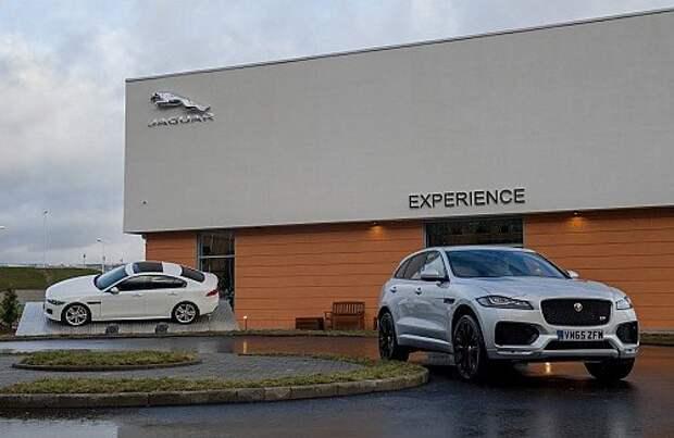 В рамках мероприятия британцы представили первый привезенный в Россию Jaguar F-Pace