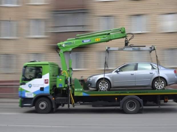 «Паркмен» с ребенком запрыгнул на эвакуатор, спасая свой автомобиль