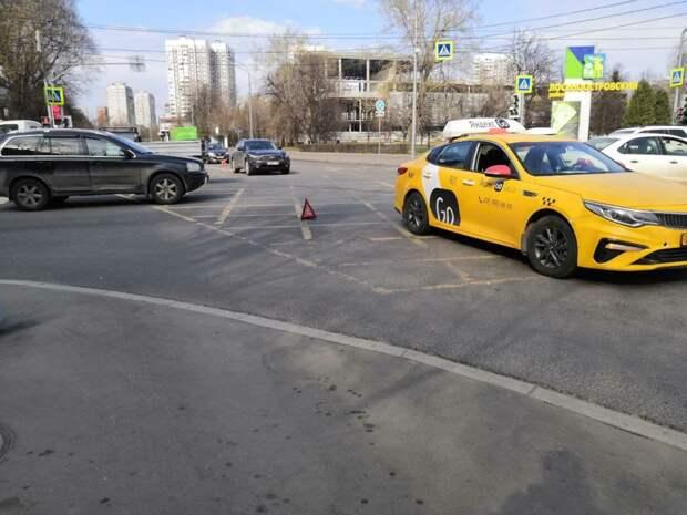 На Менжинского столкнулись две легковушки и машина такси