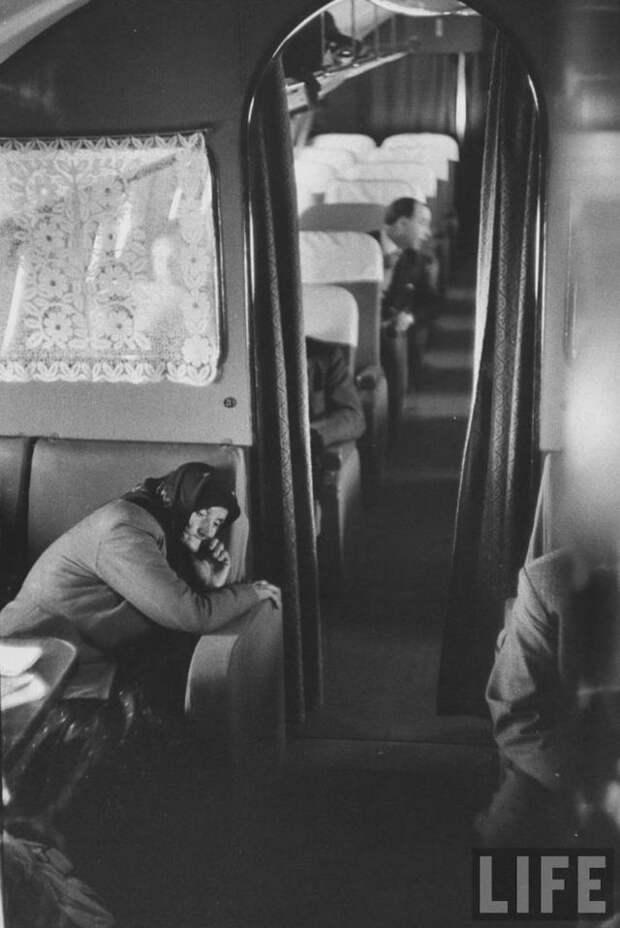 Как раньше летали первым классом: икра, любой алкоголь, курение прямо в кресле и полноценное спальное место!