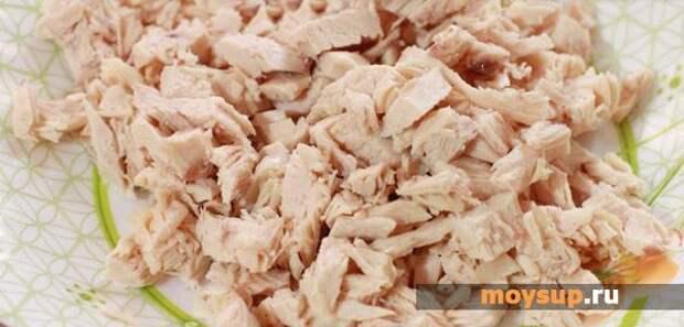 Салат с черносливом, курицей, грибами и орехами