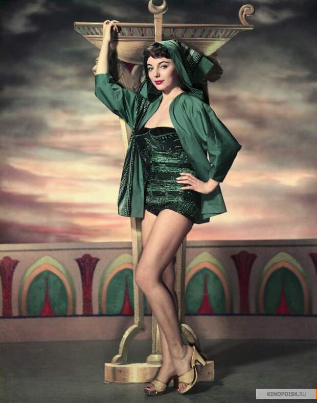 Джоанн Коллинз в фильме «Земля Фараонов» 1955 года
