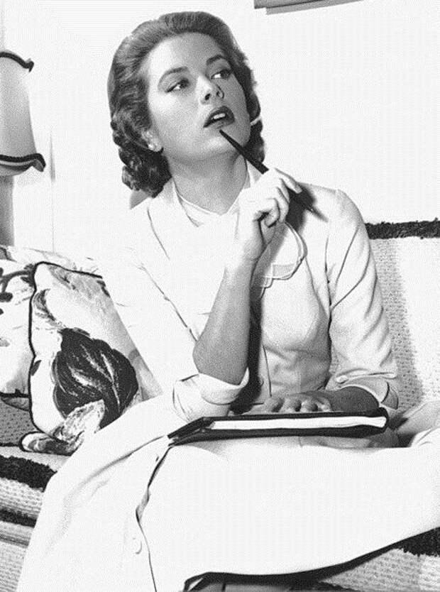 Грейс Келли во время съемок  фильма «Деревенская девушка» (1954).