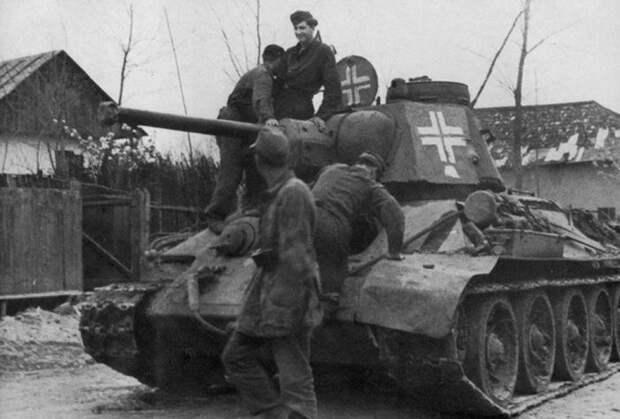 Трофейный Т-34 с нанесенными крестами немецких танковых войск.  Фото: ya.ru.