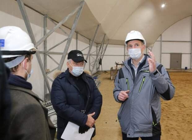 Префект Алексей Беляев ознакомился с ходом работ по строительству спорткомплекса в Отрадном// фото: Я.Чингаев